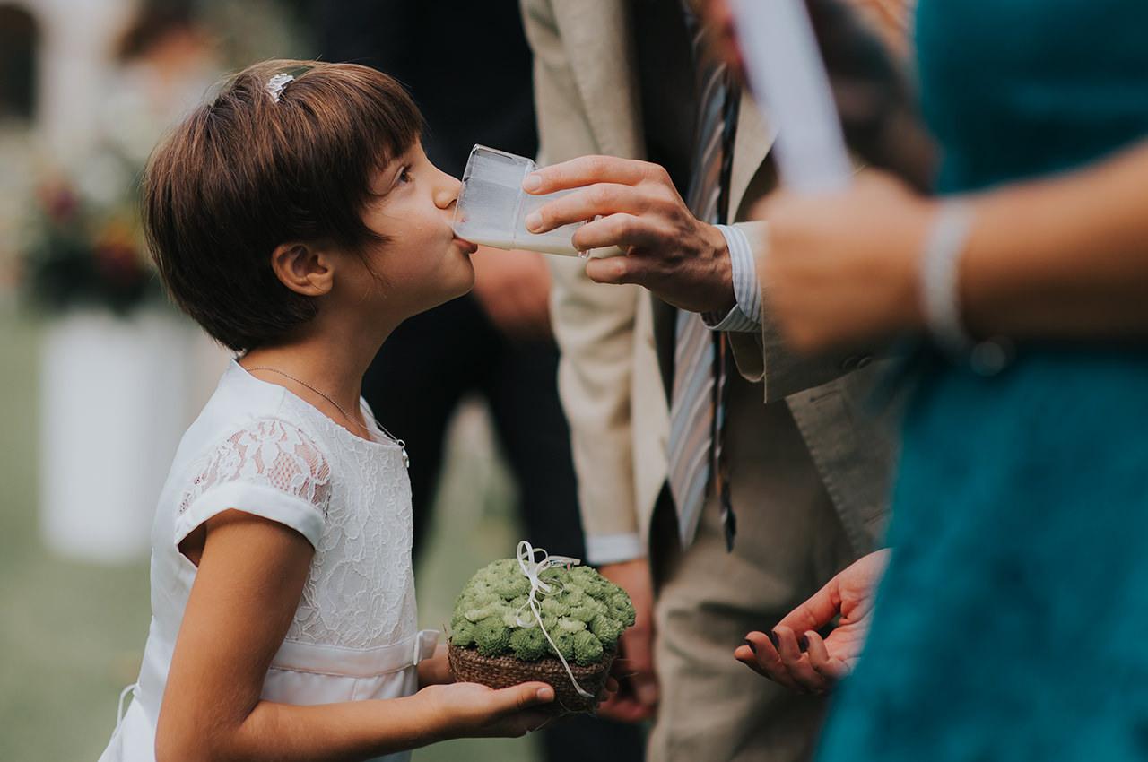 bambina-beve-latte-durante-la-cerimonia