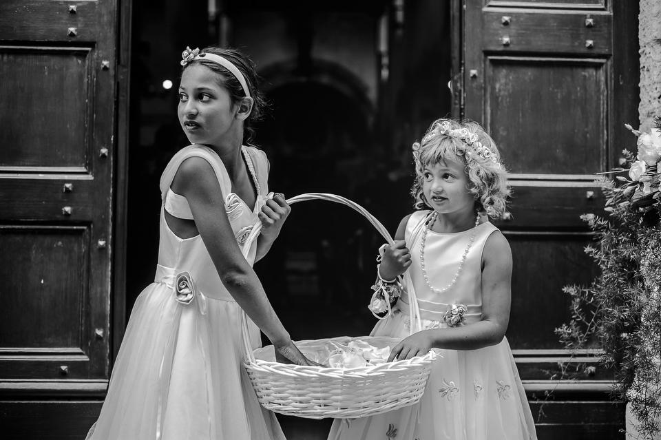 bambini-attendono-gli-sposi-al-matrimonio